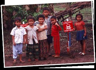 写真:カンボジアで地雷の近くで暮らす子ども達