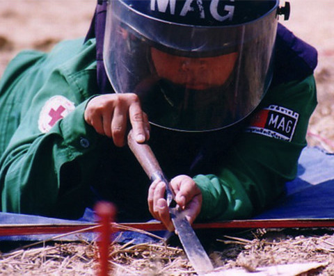 写真:撤去隊員が地雷撤去作業を行う様子